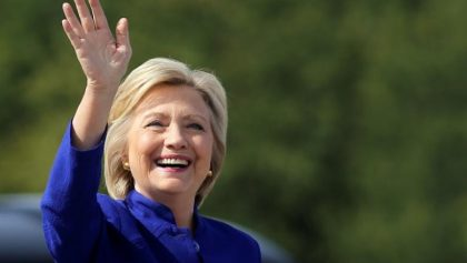 U.S. Democratic presidential candidate Hillary Clinton waves as she boards her campaign plane at the Westchester County airport in White Plains, New York, U.S., September 21, 2016. REUTERS/Carlos Barria